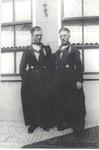 WAT006003741 Priesters Jaap en Jan Buijs, een tweeling, geboren 1918, beiden in het Volendammer kostuum. De ouder waren ...