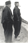 WAT006003751 Piet Veerman (Piet van Dikke Piet) en Dirk Kennedy turend over het water Pieter Veerman (Piet van dikke ...