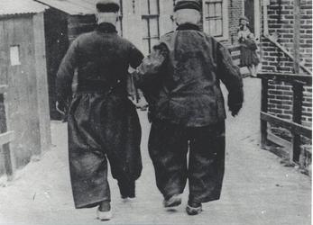 WAT006003763 De twee mannen zijn onbekend. Omgeving: Zij lopen vanaf de Meerzijde via de brug naar het Doolhof