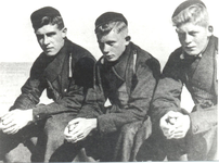 WAT006003764 Drie mannen zittend op het muurtje aan het Noordeinde in VolendamLinks: Dirk Bond, geboren op 11-12-1923 ...