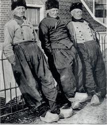 WAT006003768 Drie mannen een praatje op de dijk aan de haven. Links: Cornelis Kes en de andere twee zijn onbekend. ...