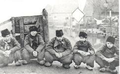 WAT006003875 Derde van links: Frederik Tol (Frerik van de Blauwe), vissersknecht en zeeman op de koopvaardij, geboren ...