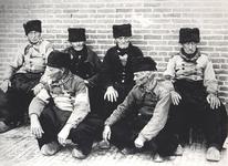 WAT006003878 Klaagmuur 1890De Klaagmuur in Volendam was een plekwaar de mannen het dorps en wereldnieuws verwerkten. De ...