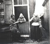 WAT006004185 We zien in het midden Klaasje Schout, alias 'Klaasie m'n kind'. geboren op 02-01-1813 te Volendam, ...
