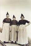 WAT006004233 Ant Bond (de Meeuw)geboren 1914, Gaartje bond (de Meeuw), geboren 1918 met hun moeder Maartje Tuijp. ...