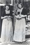 WAT006004281 Aafje 'van Pauw de Boer' en Grietje Steur 'Drum'Aafje de Boer, geboren 28-05-1933, dochter van Pauw de ...