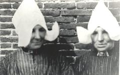 WAT006004303 Even babbelen. Twee zussen : Marie en Aal Molenaar (van de Loos) 1931.Maartje Molenaar (Marie van de ...