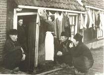 WAT006004418 1. Links: Piet Sier (Piet van Pappie), geboren 29-12-1862 te Volendam, over-leden 30-01-1942 doodgevroren. ...