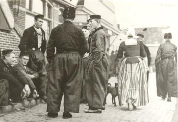 WAT006004428 Van links naar rechts:1. Jan Sul (Jan Sulletje), visser, VD116, geboren op 01-11-1876 te Volendam, ...