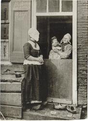 WAT006004675 De vrouw links alsook het kind zijn onbekend. De vrouw met het kind op de arm is Geertje Tuyp (Geert van ...