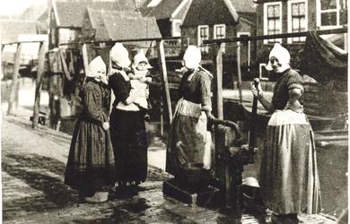 WAT006004683 Bij de Norton-pomp die stond op de Meerzijde tegenover Cornelis Guyt (de Puit), huisnr.34.De vrouw rechts ...