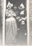 WAT006004720 Vlnr. Grietje Kieft, geboren ± 1895 te Volendam, dochter van Thames Kieft en Geertje Molenaar (van Japie ...