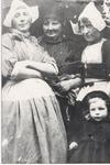 WAT006004721 Vlnr. Grietje Kieft, geboren ± 1895 te Volendam, dochter van Thames Kieft en Geertje Molenaar (van Japie ...