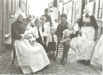 WAT006004913 Kees Kwakman (Wilde Kees) en zijn vrouw Aaf Kok met hun kinderen in de Visserstraat . Rechts Grietje Sier ...