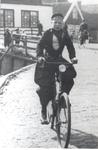 WAT006005053 Dik Doede op zijn fiets vanaf de Brugstraat naar de Meerzijde. Dik Veerman (Dik Doede), van de ...