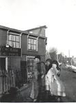 WAT006000683 In 1856 begon Trijntje Stavenuiter, de vrouw van Toon Sprokholt, een café aan de dijk, dat vanwege de in ...