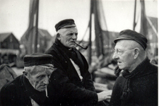 WAT006003765 Vlnr.: Kees Kes, Jan Kes en Jan Sier Boei. staande op het Havendijkje, de laatste nieuwtjes uit wisselen . ...