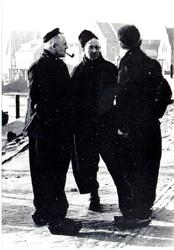 WAT006003766 Vlnr.: Jan Kes en onbekend Jan Kes, visser, geboren op 12-02-1887 te Volendam, overleden op 16-09-1975 te ...