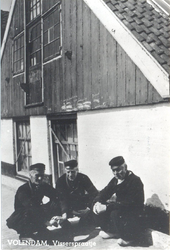 WAT006003769 Een onderonsje op de dijk. Lauw Stroek (Ouwe Rusie), Thomas Veerman (De Consul) (hij woonde achter de ...