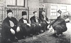 WAT006003864 Van links naar rechts: Jan Sier (van de Dronken), Jan Zwarthoed (van Boertje), Jan Visser (Lol), Jan ...