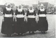 WAT006004208 Vier dochters van Abees. Zij woonden op het Dril, rechts op de foto daar waar de mensen staan. De ...
