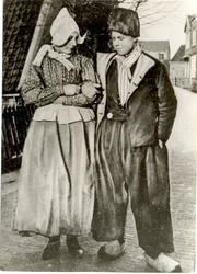 WAT006004415 Grietje Kieft, de latere vrouw van Sijmen Schilder (Doofie) in het gezelschap van Cornelis Mooijer (de ...