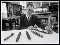 WAT003006521 Piet Akkerman in het Scheepvaartmuseum bij zijn scheepsmodellen die hij beschikbaar heeft gesteld voor de ...