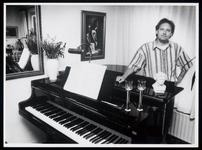 WAT003006522 Muziekpedagog en pianoleraar Henk Kramer wiens muziekpraktijk 12 1/2 jaar bestaat