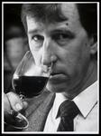 WAT003006527 Henri de Vries wijnproever en wijnkelner. 's Lands beste wijnkelner komt uit Purmerend. Televisiekijkend ...