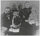WAT003007097 Gezin Kievit. Cornelis Johannes Kieviet (Hoofddorp, 8-3-1858 - Wassenaar, 12-8-1931) met zijn vrouw Gezina ...