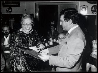 WAT0030007277 Maartje van Tijn (1933-2007) ontvangt uit handen van wethouder C. Burger de Kerling-Simonsprijs, de ...