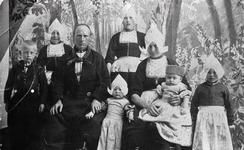 WAT120000911 NO NAME/Fotoverz. 2015 G 4 gezinnen op naam van de man naar het archief 23092012/Onbekend. Gezin. (E427E)