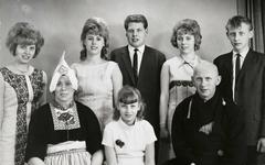 WAT120001046 Gezin. (E410E).Cornelis Smit (Taai), visknecht, geboren op 22-03-1915 te Volendam, overleden op 28-06-1981 ...