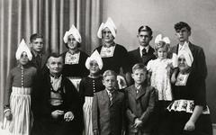 WAT120001064 NO NAME/Fotoverz. 2015 G 4 gezinnen op naam van de man naar het archief 23092012/Smit. Thames (v Bokkum) ...