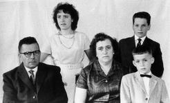 WAT120001071 Gezin. (E161E).Laurens Maria Snoek (Lauw), Rokerij, geboren 20-02-1911 in Volendam, overleden op ...