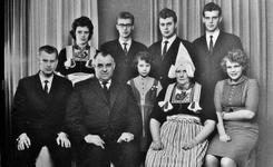 WAT120001073 Gezin. (E567E).Kasper Laurens Sombroek (Kas van Piet Kas), electricien, geboren op 22-11-1915 te Volendam, ...