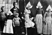 WAT120001083 Gezin. (E111E). Cornelis Steur (Kees van de Sjor), fabrieksarbeider, geboren op 29-01-1895 te Volendam, ...