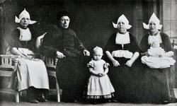 WAT120001088 Gezin. (E581E).Op de bijgaande foto staan v.l.n.r.: 1. Hilletje Steur, 'Lange Hille' (1897¬-1977); 2. Jaap ...