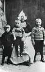 WAT120001089 Gezin. (E578E).Aafje Steur Tuip met drie van haar kinderen vlnr.: Klaas, Henk en Jaap Steur. Jacobus ...