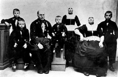 WAT120001110 Gezin. (E201E).Kinderen uit het tweede huwelijk van Bruin Tol met Stijntje Kes. ...