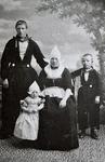 WAT120001113 Gezin. (E346E).Kees Tol en Neel Kwakman met hun kinderen Hein en Neeltje. ...