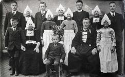 WAT120001117 Gezin. (E015E).Cornelis Tol (Kees van Kleine Sijmen), geboren op 26-06-1885 te Volendam, overleden op ...