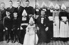 WAT120001119 Gezin. (E017E).Cornelis Tol (Kees van Kleine Sijmen), geboren op 26-06-1885 te Volendam, overleden op ...