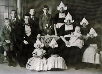 WAT120001120 Gezin. (E018E).Cornelis Tol (Kees van Kleine Sijmen), geboren op 26-06-1885 te Volendam, overleden op ...