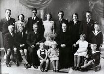 WAT120001121 Gezin. (E458E).Dirk Tol, geboren 22-04-1882 te Volendam, overleden in 1967, zoon van Arie Tol en ...