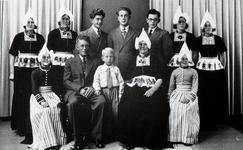 WAT120001126 Gezin. (E299E).Gerardus Tol (Gerrit van Arie Tol), boerenarbeider, geboren op 11-11-1900 te Volendam, ...