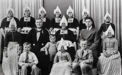 WAT120001167 Gezin. (E608E).Sijmen (Sijmen Sikkes), eendenhouder, Klompenverkoper, geboren op 28-06-1904 te Volendam, ...