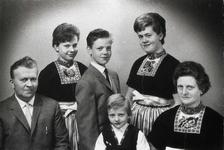 WAT120001235 NO NAME/Fotoverz. 2015 G 4 gezinnen op naam van de man naar het archief 23092012/Veerman. Jaap de Kluiter. ...