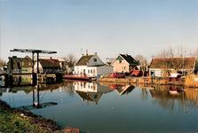 WAT120001353 OQ D0010 - 8 maart 1988. Schouweinde en Zeevangsdijkje met brug vanaf Purmerdijk.