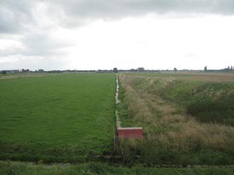 WAT120003300 Weiland tussen Purmerdijk nummer 13 en 14.Rechts zien we de oude trambaan.